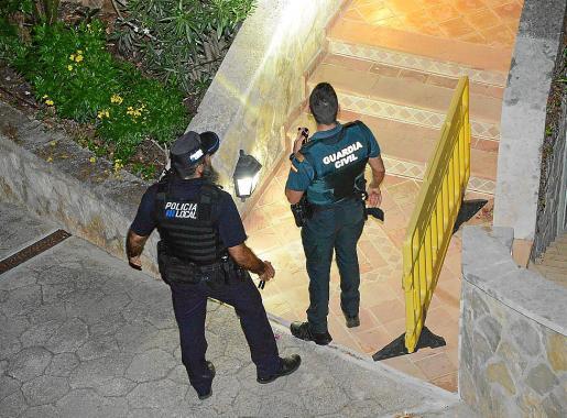 La Policía Local de Andratx y la Guardia Civil, en la casa donde ocurrió el atraco.