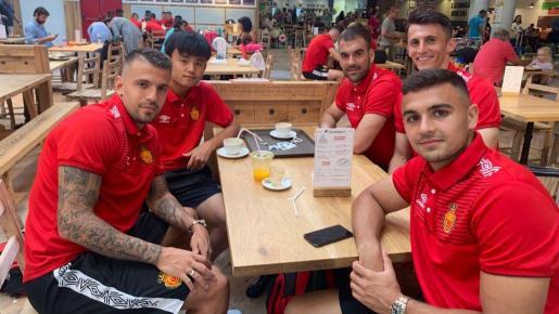 Trajkovski, Kubo, Reina, Budimir y Sedlar, durante el desplazamiento del Mallorca a Valencia de este sábado.