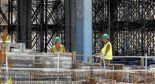 Los trabajadores extranjeros en el sector de la construcción de Baleares han experimentado un importante retroceso en los últimos doce años como consecuencia de la burbuja inmobiliaria que estalló en 2008.