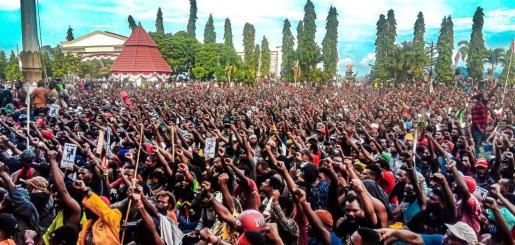 La última ola de agitación civil en Papúa y Papúa Occidental comenzó a mediados de agosto tras el arresto en la isla de Java de 43 universitarios independentistas papuanos, que recibieron insultos racistas por parte de nacionalistas indonesios por presuntamente profanar la bandera indonesia.