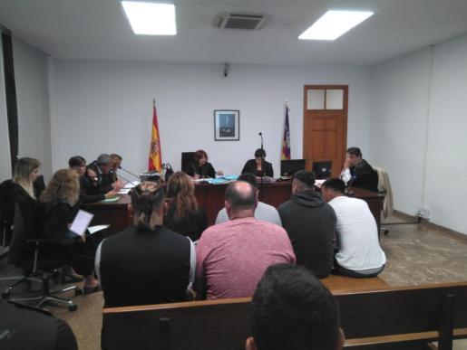 La presencia de los seis sospechosos, así como la de sus respectivos abogados, hizo que la sala de lo Penal número 2 de Palma quedase pequeña.