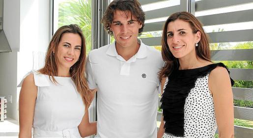 Lidia Piñero, Rafa Nadal e Isabel Piñero, en la nueva casa del tenista manacorí en La Romana (República Dominicana).