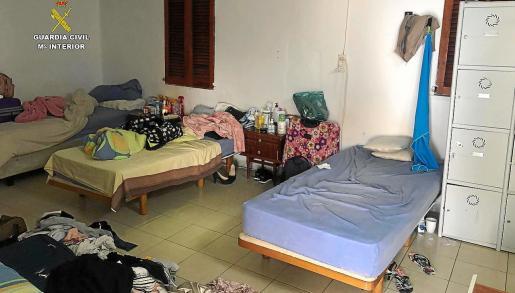Una de las habitaciones compartidas en las que trabajaban las mujeres explotadas en pisos de Palma y Calvià.