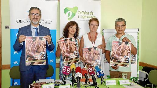 Diego Riera, de la Obra Social La Caixa; Alicia González, psiquiatra y voluntaria; Maria Antònia Barceló, de la Fundación Barceló, y Lino Salas, durante la presentación de la campaña financiada por las dos entidades privadas.
