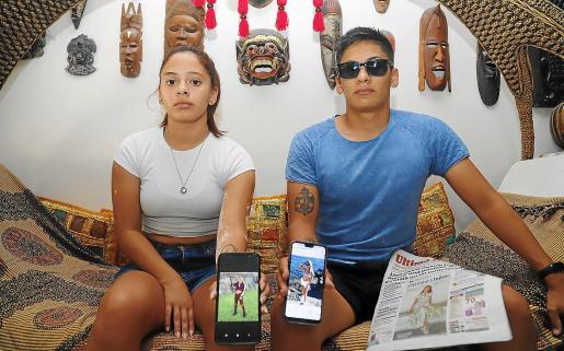 Lourdes y Lautaro Moyano muestran dos fotografías de su hermana, en su domicilio de Palma.