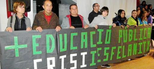 Representantes de los alumnos, padres, madres y profesores leyeron un manifiesto en defensa de la calidad en la enseñanza.