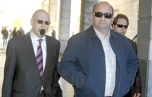 Trujillo y su abogado (i), a su llegada ayer a la Audiencia de Sevilla.