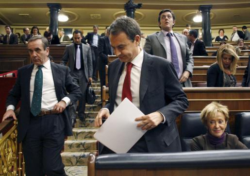 El presidente del Gobierno, José Luis Rodríguez Zapatero (c), la vicepresidenta, María Teresa Fernández de la Vega, y el portavoz parlamentario del PSOE, José Antonio Alonso (i) al finalizar el pleno.