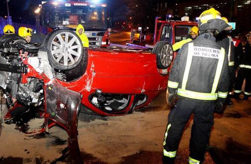 El conductor perdió el control y tuvo que ser rescatado por agentes de la Policía Nacional. Fotos: VASIL VASILEV