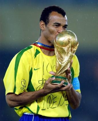 Como capitán de la 'Canarinha' Cafú vivió su mejor recuerdo al alzar la copa mundial. Ahora vive sus peores días por este drama familiar.