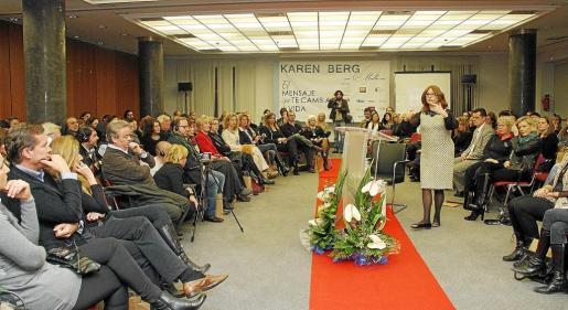 Karen Berg, durante su intervención en la sala Luis Molina en la que explicó el mensaje de la cábala y la espiritualidad . Fotos: TERESA AYUGA