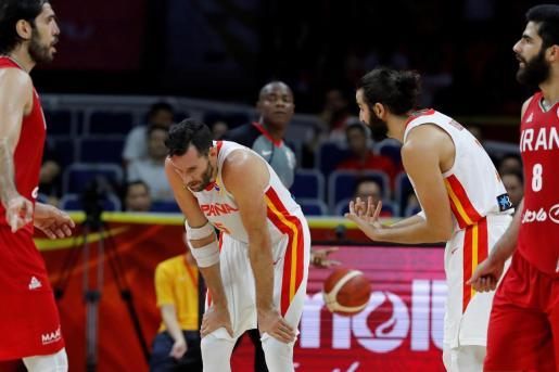 Los jugadores de la selección española de baloncesto, el base Ricky Rubio y el alero Rudy Fernández, durante el partido ante Irán.