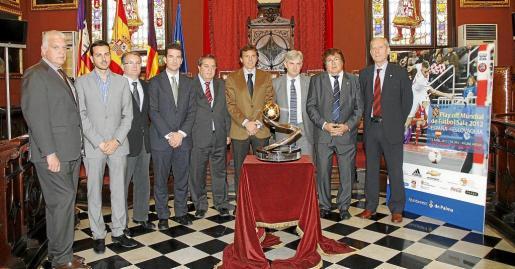 Vich, Morente, Rotger, Gilet, Escribano, Isern, Venancio López, Bestard y Gana posan con el trofeo de campeones de Europa.