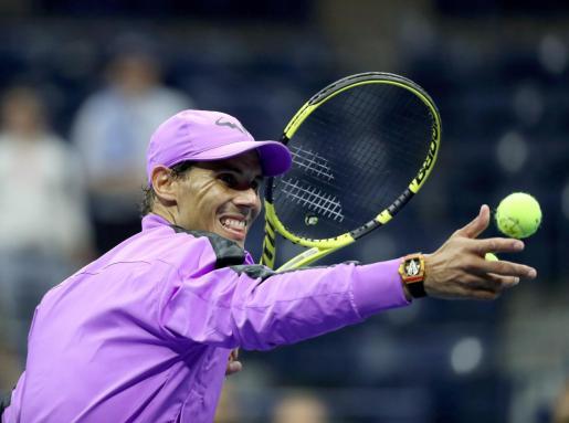 Rafael Nadal lanza una pelota a las gradas de la pista central del US Open tras clasificarse para las semifinales al superar al argentino Diego Schwartzman.