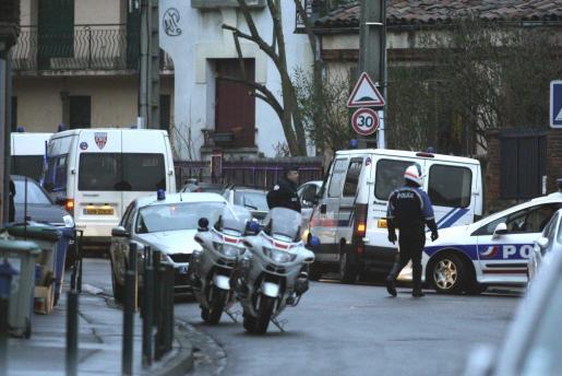 Los policías han cortado una calle de Toulouse cerca de la casa cercada.