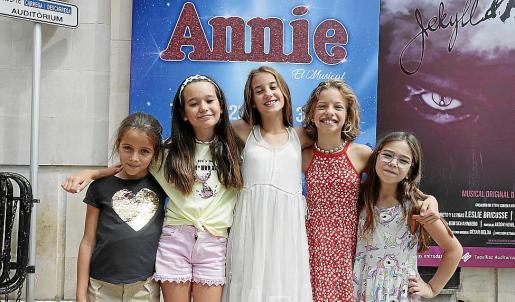 Gala Gil, Alba Garrayo, Llucia Amorós, Violeta Almunacid y María Randisi, este jueves en el exterior del Auditòrium de Palma. La sexta niña, Inés Espinosa, no pudo estar presente.