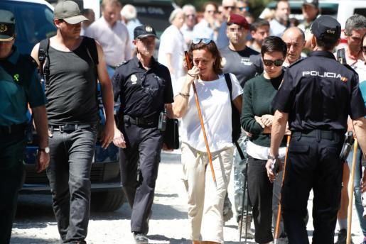 Lola Fernández Ochoa, hermana de Blanca, regresando al hotel que ha sido centro de operaciones de la búsqueda.