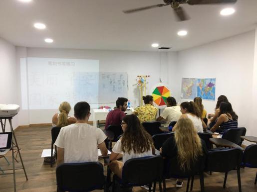 Imagen de archivo de alumnos en una aula de un colegio diocesano de Palma.