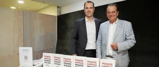 El periodista Javier Chicote y el abogado y exfiscal Pedro Horrach presentaron este viernes en Palma el libro del primero, 'Manos Limpias, manos sucias', que aborda la historia del pseudosindicato que se especializó en ejercer acusaciones populares y que fue clave para que la infanta Cristina fuera juzgada en el 'caso Nóos'.