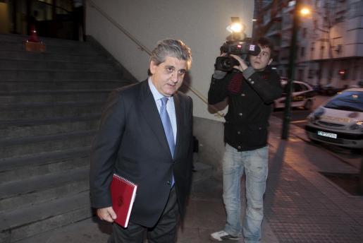 El abogado Eduardo Valdivia, abandonando anoche las dependencias de la Policía Nacional.
