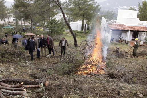 El president del Govern, José Ramón Bauzá, y el conseller de Agricultura, Medio Ambiente y Territorio, Biel Company, han presentado en Ibiza el plan de prevención de incendios forestales.