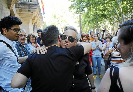 Sonia Vivas recibe apoyos en el juicio por homofobia en el cuartel.