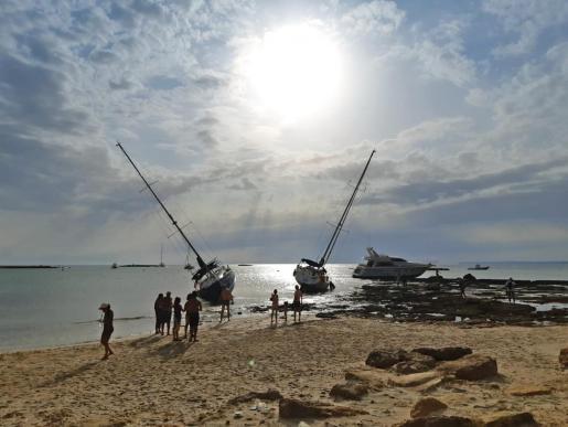 Embarcaciones varadas en una zona costera de la Colònia de Sant Jordi como consecuencia del fuerte temporal de finales del mes de agosto.