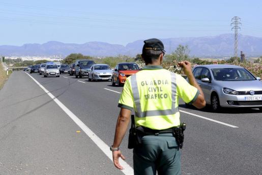Un agente de la Guardia Civil coordinando el tráfico tras un accidente.