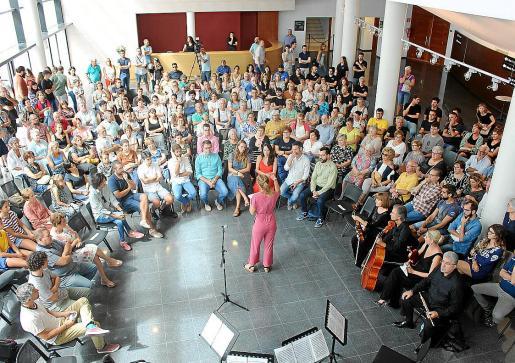 El numeroso público y las autoridades llenaron el 'hall' del Auditori durante la presentación del programa.