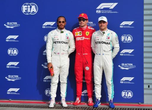 Charles Leclerc junto a Lewis Hamilton y a Valtteri Bottas en el podio.