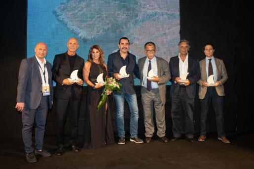 Desde la izquierda, el director del festival, Tomasso Forte, y los periodistas galardonados con la 'Caravella': Domenico Iannacone, Manuela Moreno, Luigi Pellazaza, Sandro Ruotolo, Miquel Serra y Francesco Piccinini.