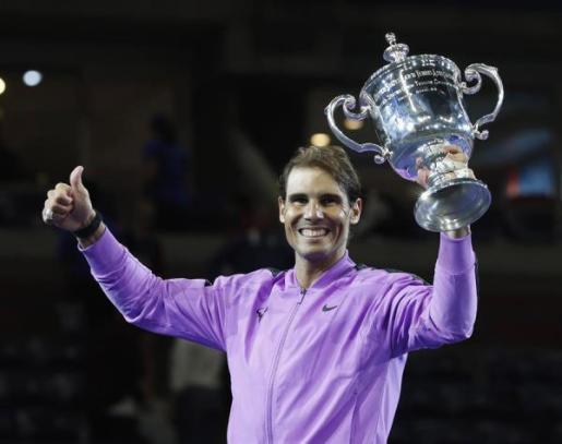 Nadal levanta el trofeo que le acredita como campeón del US Open 2019.