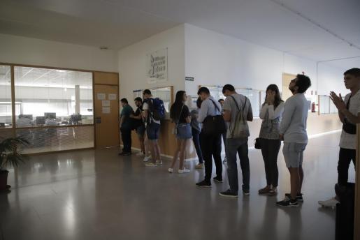 Varios alumnos esperan a ser atendidos por los servicios administrativos en el primer día del nuevo curso en la UIB.