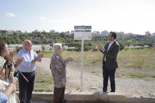 El alcalde Hila ha descubierto la placa.