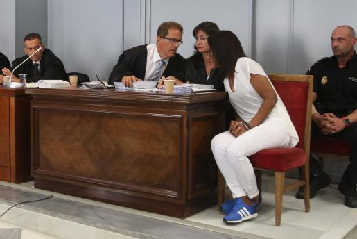Ana Julia Quezada dialoga con sus abogados antes del inicio de la vista.