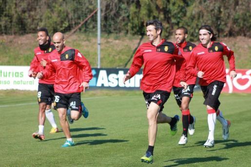 Varios jugadores del Mallorca, durante el entrenamiento realizado hoy en Gijón.
