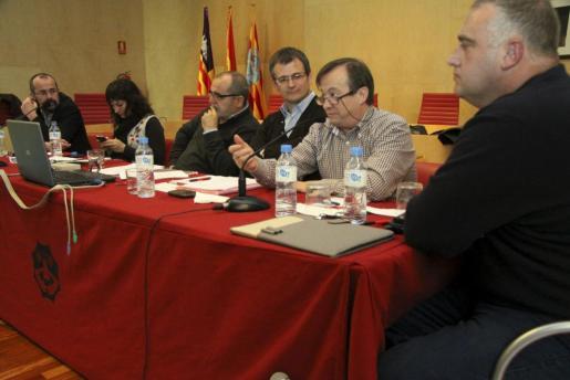 El secretario general de UGT, Lorenzo Bravo (2º por la dcha.), durante la reunión sindical mantenida hoy en Mahón.
