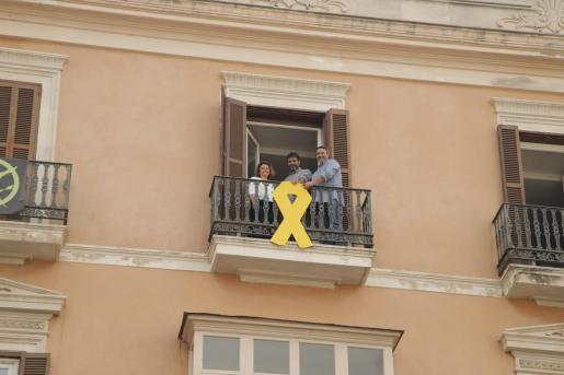 Los diputados Josep Ferrá, Joan Mas 'Collet' y Joanaina Campomar cuelgan el lazo amarillo en el Parlament.
