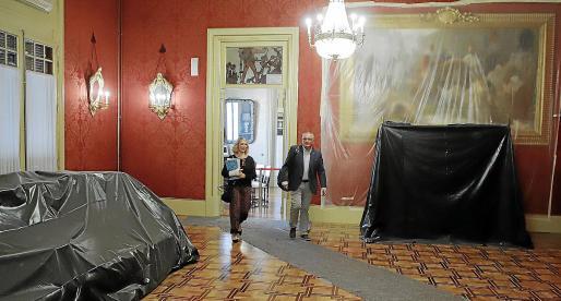 La diputada Lina Pons y el diputado Jaume Font, del PI, cruzan el 'salón de los pasos perdidos', este martes en obras, camino del salón de plenos.