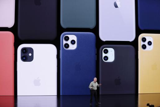 Phil Schiller mostrando el nuevo iPhone.