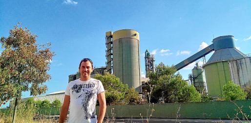 Robert Busquet ante la fábrica de cemento de Lloseta.
