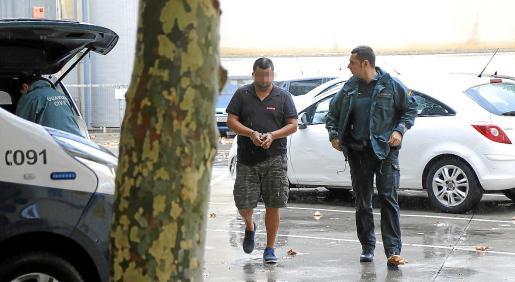 El detenido, custodiado por un agente de la Guardia Civil, este martes en los juzgados de Palma.