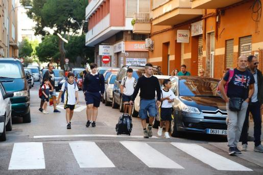 Alumnos del colegio Santa Mónica de Palma, de camino al centro.