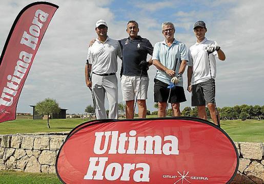 De izquierda a derecha, Giovanni Battista Merello, Pedro Palacios, Llorenç Julià y Arturas Hall posan junto a los distintivos de este periódico que dieron color al evento.