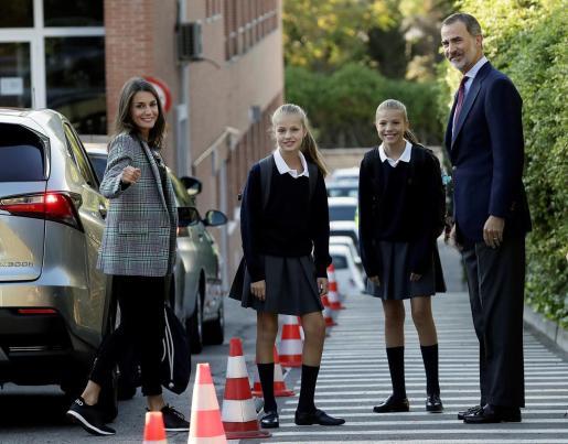 Los reyes han acompañado este miércoles a sus hijas, la princesa Leonor y la infanta Sofía, a su primer día de clase en el colegio privado Santa María de los Rosales de Madrid, donde van a cursar tercero y primero de Educación Secundaria Obligatoria (ESO), respectivamente.