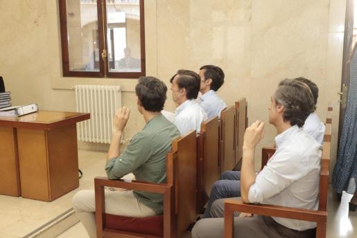 Los hermanos, durante el juicio.