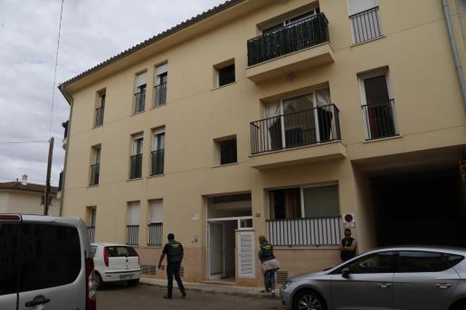 Agentes de la Guardia Civil en la fachada del edificio donde se ha producido la agresión.
