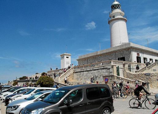 La carretera de Formentor es una de las más turísticas de la Serra, no solo porque finaliza en el idílico faro de Formentor sino porque pasa también por el mítico mirador del Colomer y por las playas de Formentor, Cala Murta y Cala Figuera.