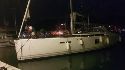 Han remolcado una embarcación sin control en el Puerto de Andratx.