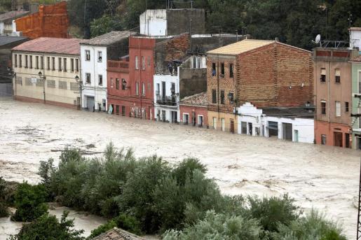 Vista del río Clariano que se ha desbordado este jueves a su paso por Ontinyent tras las fuertes lluvias registradas durante la noche.
